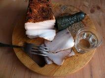 自创猪油用调味品 新鲜面包,一杯伏特加酒,酱瓜 自然食物,开胃菜 特写镜头 罗宋汤特写镜头烹调俄语汤 库存图片