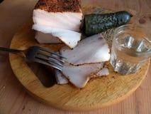 自创猪油用调味品 新鲜面包,一杯伏特加酒,酱瓜 自然食物,开胃菜 特写镜头 罗宋汤特写镜头烹调俄语汤 库存照片