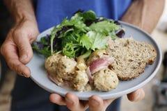 自创猪肉丸子用甜葱苹果小汤和新鲜的蕃茄 免版税库存图片
