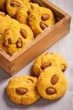 自创玉米一种油脂含量较高的酥饼用杏仁和焦糖调味 图库摄影