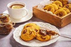 自创玉米一种油脂含量较高的酥饼用杏仁和焦糖调味 库存照片
