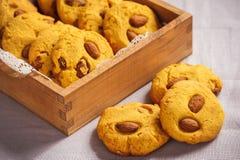 自创玉米一种油脂含量较高的酥饼用杏仁和焦糖调味 免版税库存照片