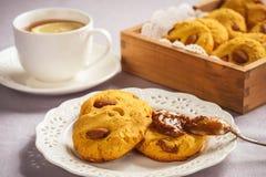 自创玉米一种油脂含量较高的酥饼用杏仁和焦糖调味 免版税库存图片
