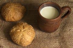 自创甜小圆面包和一个杯子牛奶 库存图片