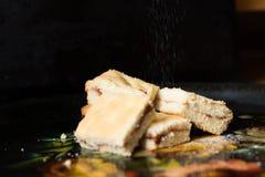 自创甜曲奇饼用果酱,洒与搽粉的糖,关闭 库存照片
