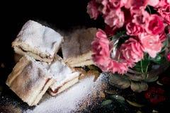 自创甜曲奇饼用果酱,洒与搽粉的糖,关闭 免版税库存图片