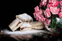 自创甜曲奇饼用果酱,洒与搽粉的糖,关闭 库存图片