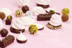自创甜点的分类 蛋白软糖和巧克力 免版税库存图片