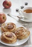 自创甜苹果桂香小圆面包 图库摄影