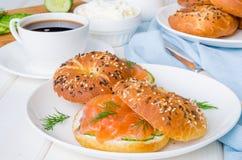 自创百吉卷用乳脂干酪、黄瓜和熏制鲑鱼早餐 库存照片