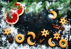 自创的圣诞节 在黑背景的欢乐自创曲奇饼 概念庆祝和烹调 invitation new year 顶视图 免版税库存照片