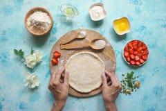 自创的蛋糕 围绕饼的面团 顶视图 免版税图库摄影