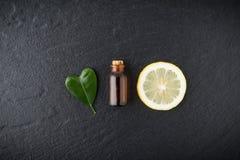 自创精油概念 与切片的瓶精油 库存图片