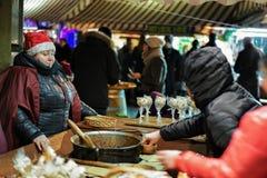自创糖果购买在里加圣诞节市场上 免版税图库摄影