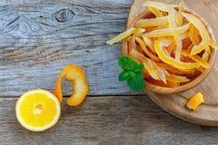 自创糖煮的桔子和柠檬皮 免版税库存图片
