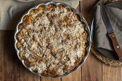 自创素食主义者Eggless整个苹果蛋糕以圆的烘烤形式 木表黑暗镀亚麻布餐巾 舒适秋天秋天大气 库存图片