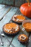自创素食甜点 南瓜纯汁浓汤和开放南瓜饼 库存照片