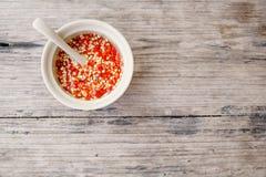 自创红色泰国调味汁用在木桌上的切好的辣椒在地方咖啡馆在Ching Mai,酷寒北风泰国 传统辣食物c 免版税库存照片