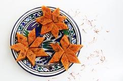 自创红萝卜halvah,传统印地安甜点,在蓝色板材 免版税库存图片
