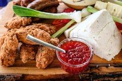自创罗马尼亚食物盛肉盘 免版税库存图片