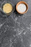 自创肉菜饭成份构成用在碗的米在黑暗的桌背景顶视图大模型 免版税库存图片