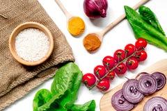 自创肉菜饭成份构成用米,蕃茄,在白色桌背景顶视图的葱 免版税库存图片