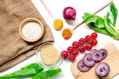自创肉菜饭成份构成用米,蕃茄,在白色桌背景顶视图的葱 免版税库存照片