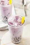 自创芋头牛奶泡影茶用珍珠粉 免版税库存照片