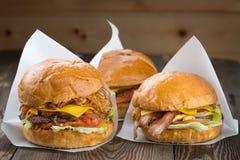 自创芝士汉堡或汉堡包在木背景 库存图片