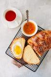 自创芝麻籽传统鸡蛋面包面包、橙色果酱和t 库存照片