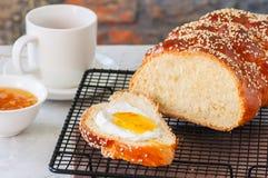 自创芝麻籽传统鸡蛋面包面包和茶在丝毫 免版税库存照片