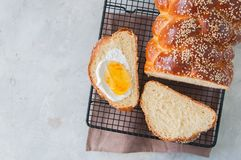 自创芝麻籽传统鸡蛋面包面包白色石backg 库存图片