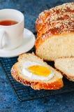 自创芝麻籽鸡蛋面包面包和茶在蓝宝石背景 库存图片