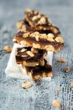 自创花生焦糖和巧克力块 免版税库存照片