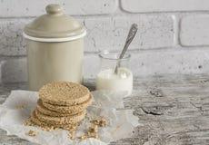 自创苏格兰啮麦硬饼,明亮的木表面上 健康的食物 库存图片