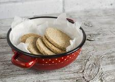 自创苏格兰啮麦硬饼,明亮的木表面上 健康的食物 免版税库存图片