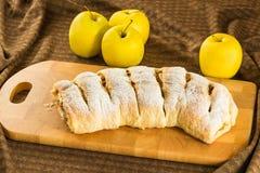 自创苹果果馅奶酪卷苹果派用油酥点心、桂香和葡萄干 库存照片