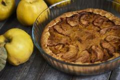 自创苹果柑橘饼用在土气木bac的新鲜水果 免版税图库摄影