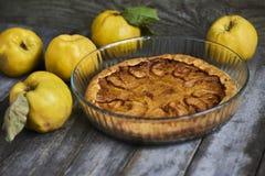 自创苹果柑橘饼用在土气木bac的新鲜水果 免版税库存照片