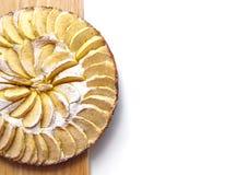 自创苹果蛋糕拂去灰尘与在一个木板顶视图自由空间的糖粉谎言文本的 免版税库存照片