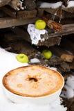 自创苹果饼以在雪的陶瓷形式 免版税库存照片