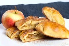 自创苹果饼和苹果蛋糕切片在白色板材 库存照片