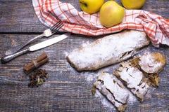 自创苹果饼用搽粉的糖,香料:桂香,豆蔻果实,茴香,香草,苹果,服务与纺织品毛巾 库存照片