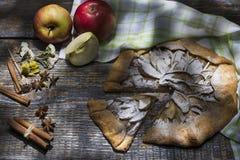 自创苹果饼用搽粉的糖,香料:桂香,豆蔻果实,茴香,香草,苹果,服务与纺织品毛巾 图库摄影
