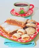 传统圣诞节饼、曲奇饼和热的酒 免版税库存照片