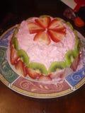 自创草莓和猕猴桃蛋糕 库存照片
