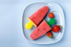 自创草莓果子冰棍儿 库存照片