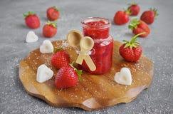 自创草莓酱或橘子果酱在玻璃瓶子 库存图片