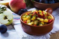 自创菜炖煮的食物用夏南瓜和胡椒 免版税库存照片