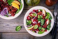 自创菠菜、苹果、胡桃、红洋葱沙拉用山羊乳干酪和石榴 图库摄影